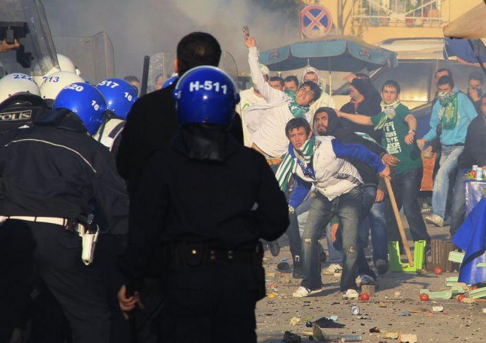 Torcedores do Bursaspor arremessam pedras e objetos contra a polícia turca. Confusão antes da partida contra o Besiktas fez a federação local cancelar o jogo