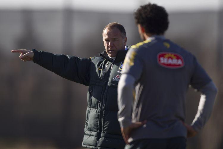 Técnico Mano Menezes orienta Fred em treino da seleção na Argentina para jogo contra o Paraguai