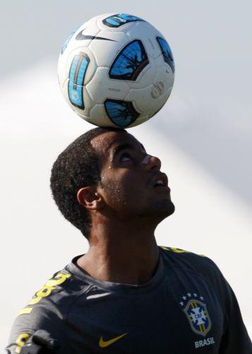 Lucas brinca de malabarismo com a bola durante treino do Brasil para o jogo contra o Paraguai. Jogador é cotado para entrar na equipe