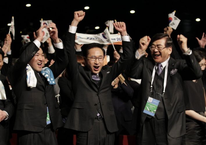 Representantes da candidatura de Pyeongchang comemoram; cidade sul-coreana foi escolhida para sediar os Jogos Olímpicos de Inverno em 2018. Vencedora recebeu 63 votos, contra 25 de Munique (Alemanha) e 7 de Annecy (França)