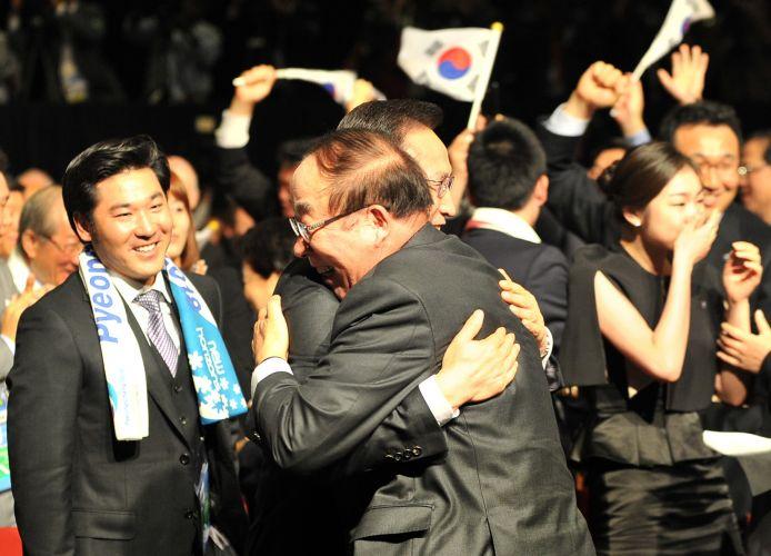 Membros da candidatura de Pyeongchang comemoram; cidade sul-coreana foi escolhida como sede dos Jogos Olímpicos de Inverno em 2018 ao superar Munique (Alemanha) e Annecy (França)