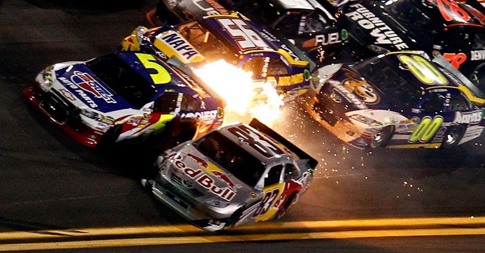 Acidente entre carros em prova da Nascar causa pequena explosão na pista de Daytona International Speedway, na Flórida, Estados Unidos