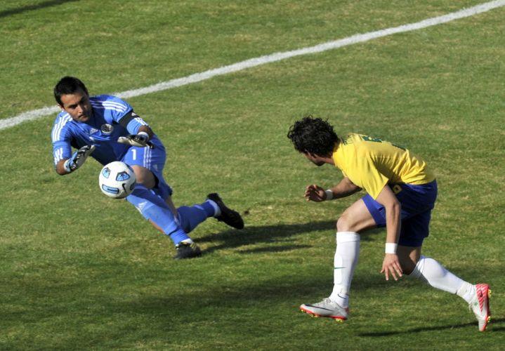 Pato se estica, mas não consegue dominar um chutão de Thiago Silva, que fica nas mãos do goleiro Villar.