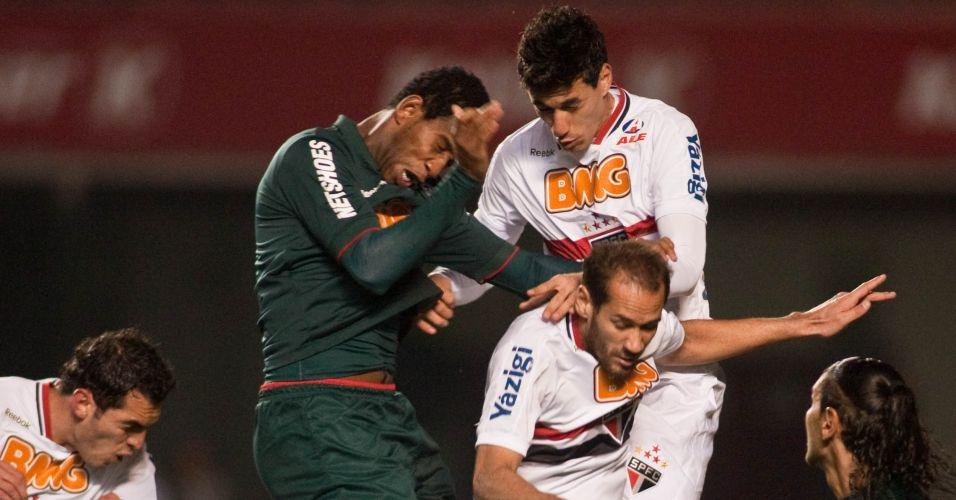 Jogadores de São Paulo e Cruzeiro brigam intensamente pela bola no Morumbi