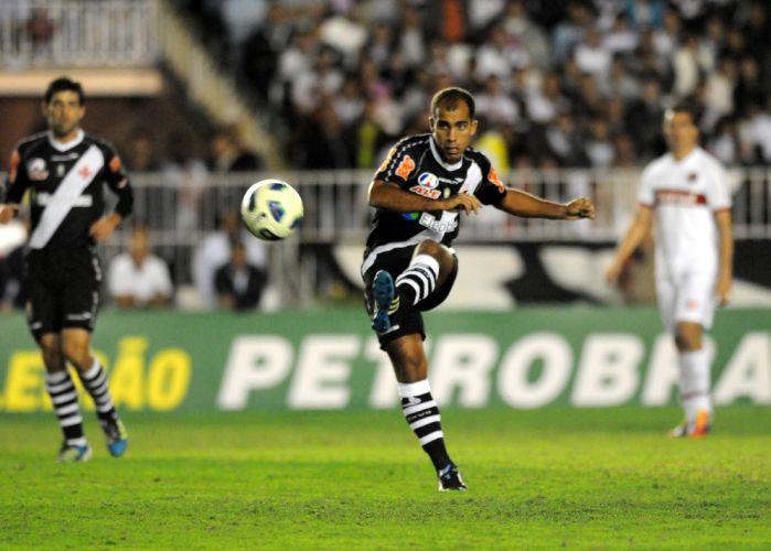 Felipe bate na bola no início da partida em São Januário