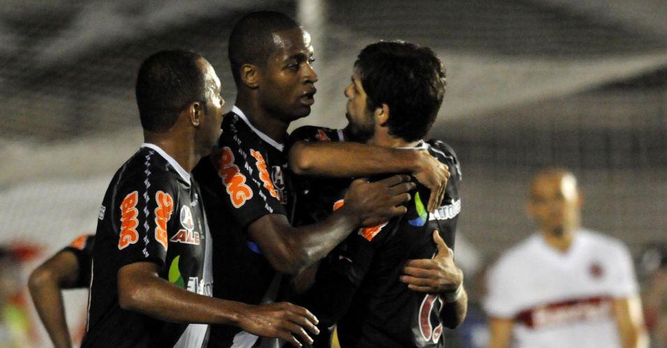 Jogadores do Vasco se abraçam após gol que abriu o marcador, feito por Eder Luís