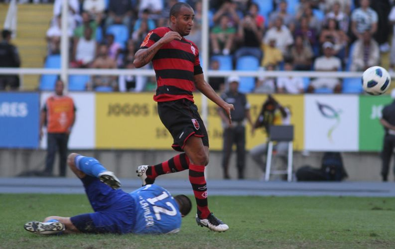 Deivid divide bola com o goleiro Diego Cavalieri no clássico carioca entre Flamengo e Fluminense
