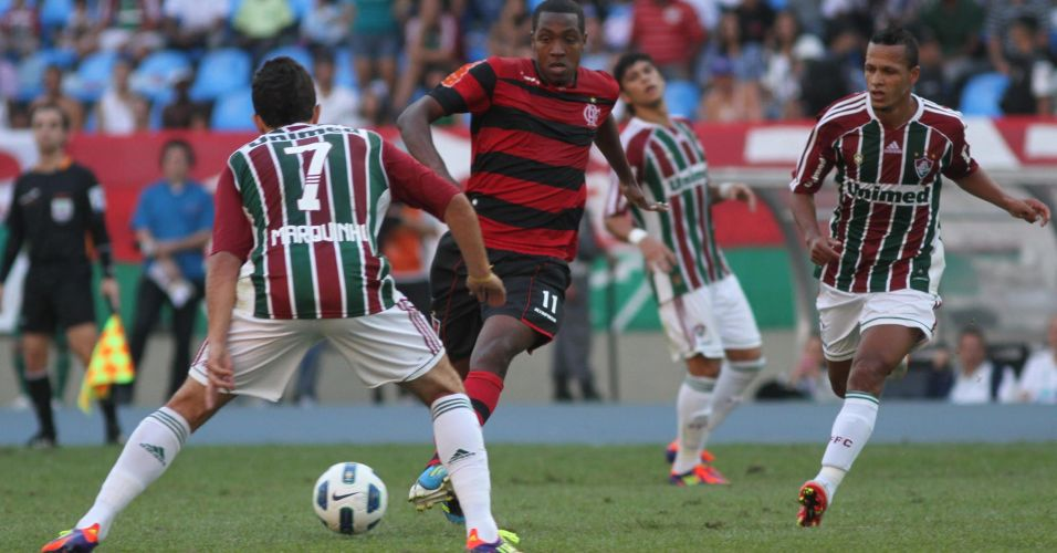 Renato Abreu tenta passar pela marcação do Fluminense, que faz sua primeira partida após a saída do ídolo Conca