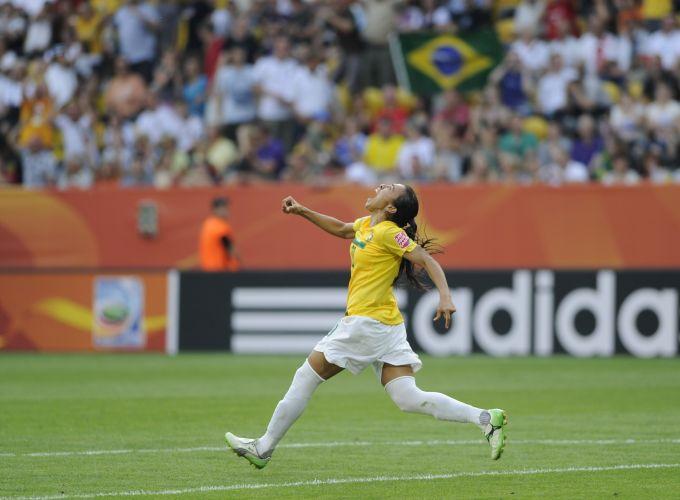 Marta comemora um de seus dois gols na partida contra os EUA.