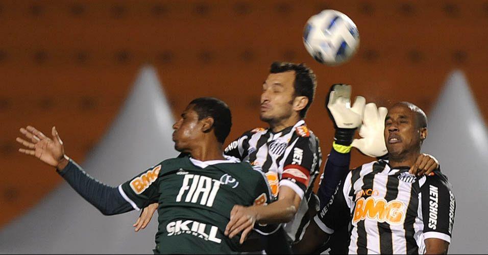 Borges e Edu Dracena sobem tentar fazer o primeiro gol do Santos no clássico contra o Palmeiras