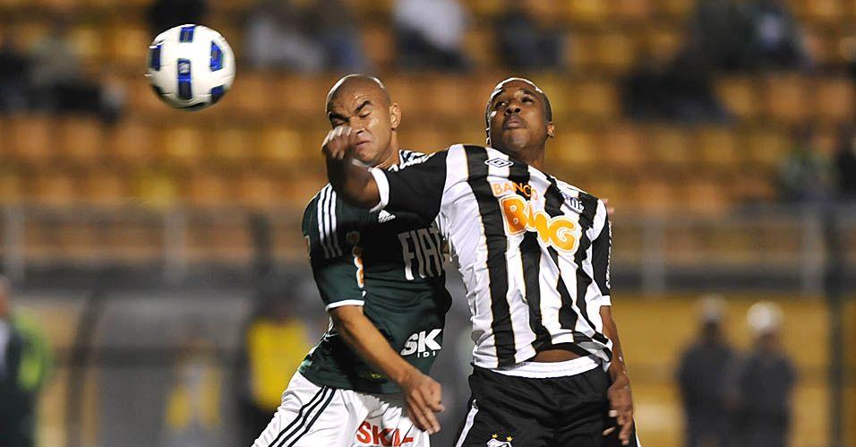 Maurício Ramos e Borges sobem para cabecear a bola