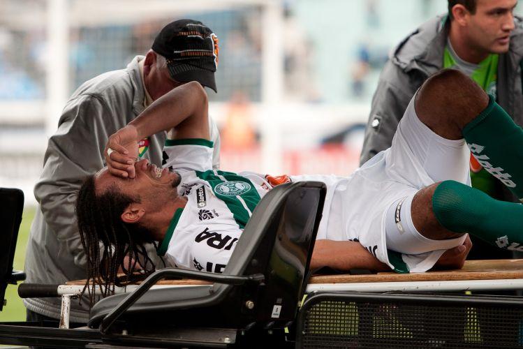Everton Costa sofre lesão e precisa ser substituído na partida entre Grêmio e Coritiba