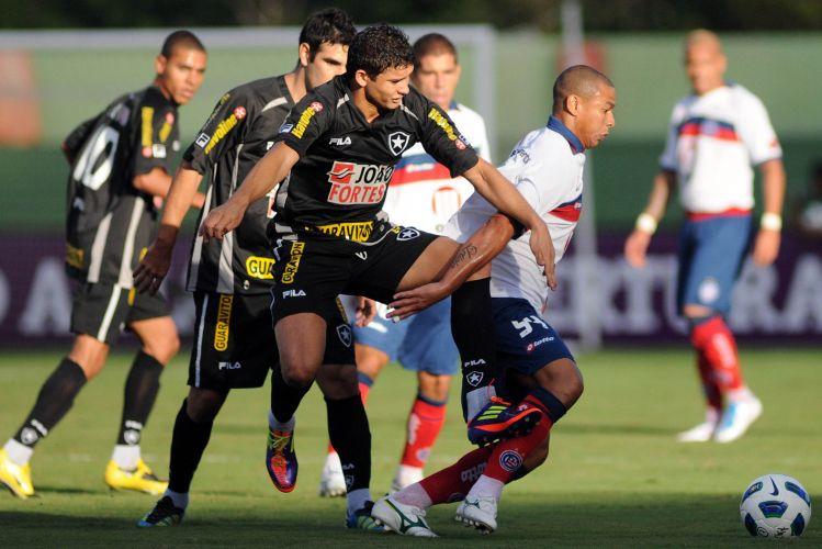 Elkeson briga pela bola no empate entre Botafogo e Bahia por 1 a 1