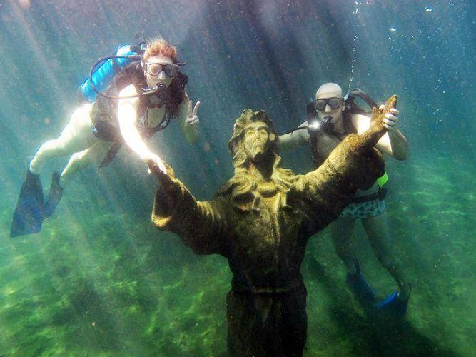 Fernando Scherer, medalhista olímpico, faz mergulho com a esposa Sheila Mello durante viagem de lua-de-mel