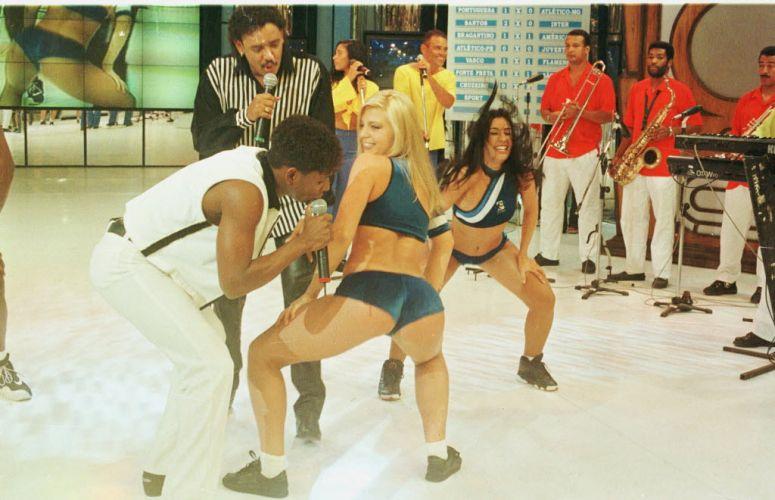 Sheila Mello dança na época em que ganhou a vaga de loira do É o Tchan para fazer companhia à também dançarina Scheila Carvalho
