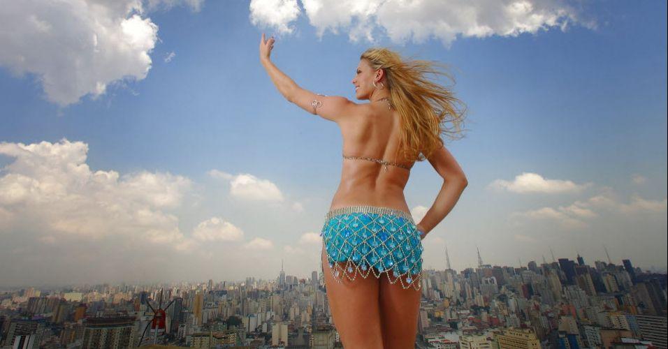 Sheila Mello posa como imperatriz da escola de samba Império de Casa Verde