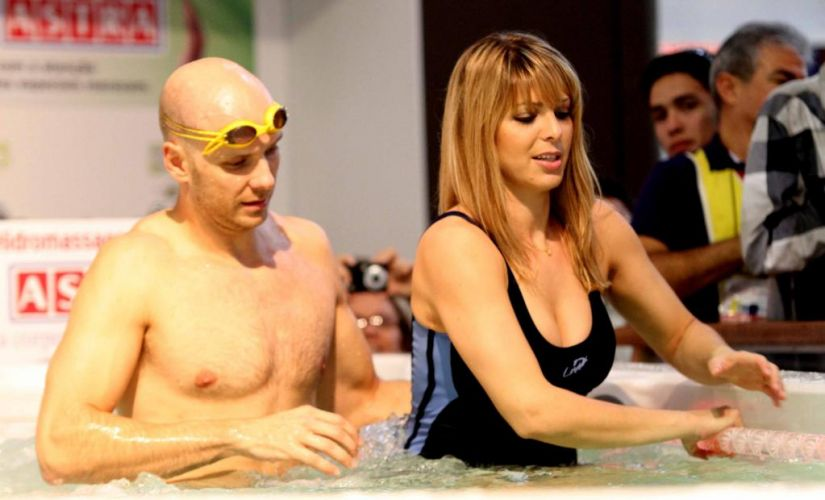 Sheila Mello e o marido Fernando Scherer participam de evento promocional