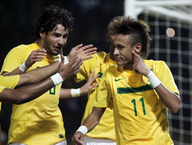Neymar e Alexandre Pato comemoram gol da seleção brasileira. Cada um fez dois gols na vitória por 4 a 2 sobre o Equador na Copa América