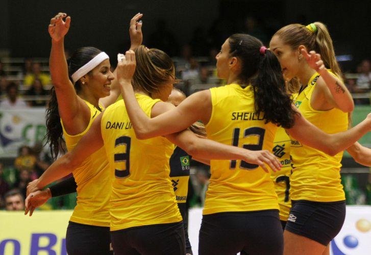 Jogadoras comemoram ponto em vitória contra a Itália. Brasil terminou Copa Internacional com três triunfos