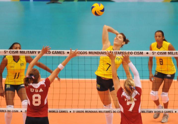 Com a campeã olímpica Valeskinha (d) em quadra, Brasil atropela Estados Unidos na estreia da seleção feminina de vôlei: 3 a 0 (25-4, 25-7, 25-7)