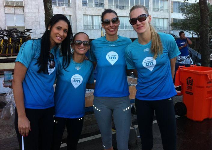 Estrelas da seleção brasileira feminina de vôlei, Jaqueline, Fabi, Sheilla e Mari (da esq. para a dir) adotaram um metro da Maratona do Rio e foram prestigiar a prova