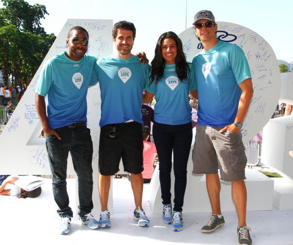 Atores Lázaro Ramos, Eriberto Leão, Ilde Silva e Márcio Garcia (da esq. para a dir.) posam para a foto na placa dos 42 km da Maratona do Rio
