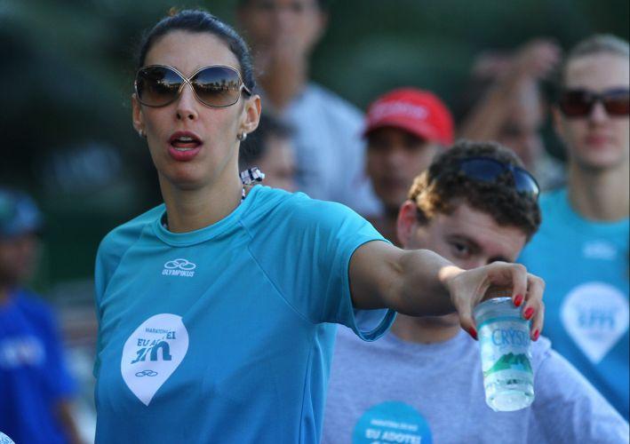 Estrela da seleção brasileira feminina de vôlei, oposta Sheilla distribui água para participantes da Maratona do Rio