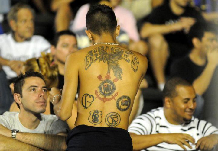 Torcedor exibe tatuagem em homenagem ao Corinthians, na arquibancada para o jogo com o Botafogo, no Rio