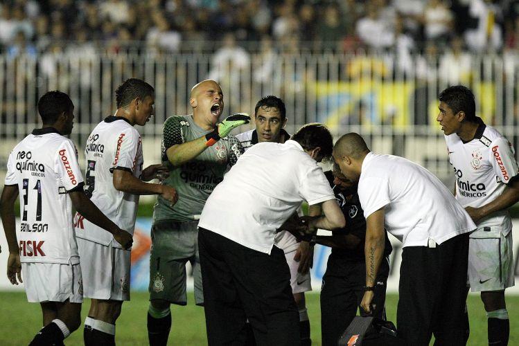 Goleiro Júlio Cesar grita de dor ao ser atendido; corintiano machucou dedo, mas continuou na partida. O Corinthians venceu por 2 a 0, com gols de Liedson e Paulinho