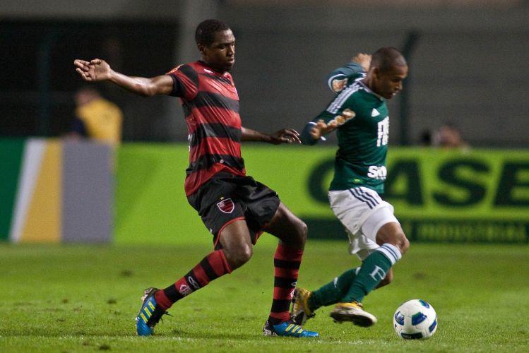 Renato tenta marcar Patrik durante jogo entre Palmeiras e Flamengo, que ficou no 0 a 0