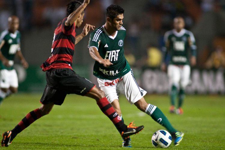 Leonardo Moura tenta marcar Luan durante tentativa de ataque do Palmeiras durante empate sem gols contra o Flamengo