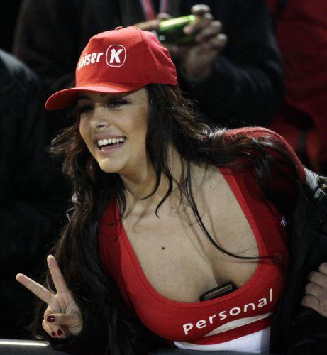 Larissa Riquelme demonstra empolgação antes da partida entre Paraguai e Venezuela