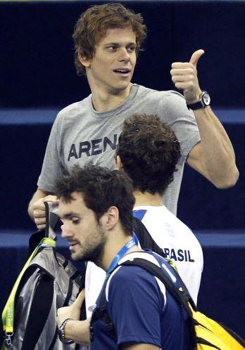 Cielo fez sinal de positivo durante treino do Brasil antes da divulgação do resultado do seu julgamento por doping, do qual foi inocentado e liberado para disputa do Mundial