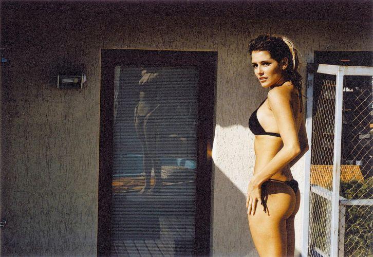 Debora Secco exibe ótima forma durante gravação de uma cena do filme Meu Tio Matou um Cara