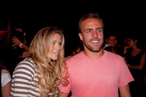 Roger e Deborah Secco se casaram em 2009, em cerimônia luxuosa na região serrana do Rio de janeiro. Os dois chegaram a se separar no ano seguinte, mas reataram o relacionamento