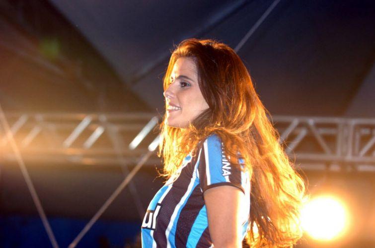 Vestindo a camisa do Grêmio, Deborah Secco participa de evento no Rio Grande do Sul quando seu marido Roger ainda jogava pelo clube gaúcho