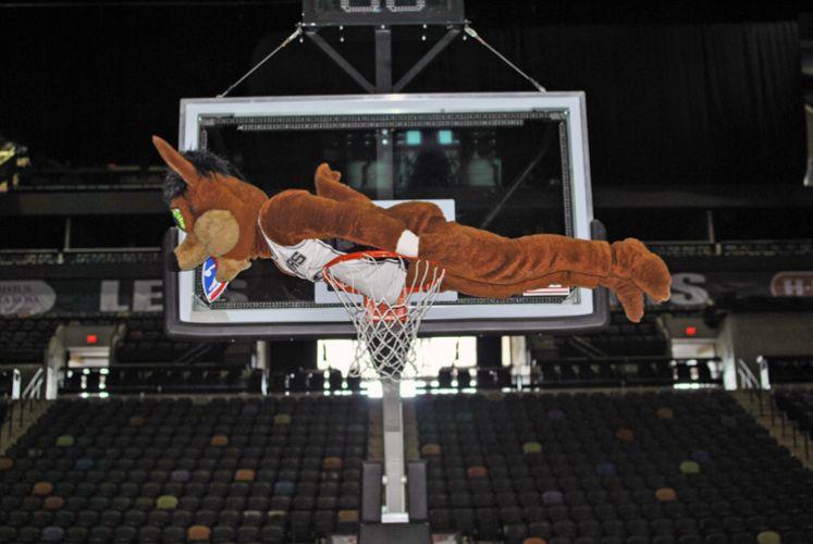 Mascote do San Antonio Spurs, o Coyote aproveitou o ginásio vazio por causa do locaute para fazer planking em cima da cesta