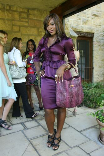 Serena Williams participa de festa do Burberry Tea em Los Angeles