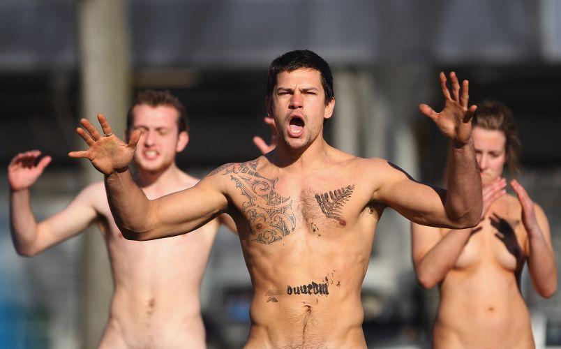 Jogadores do Black Nudes fazem a tradicional dança da Nova Zelândia antes do amistoso contra um combinado de Fiji
