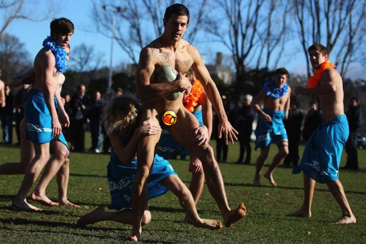 Jogador do combinado de Fiji tenta segurar o peladão do Black Nudes em amistoso de rúgbi que antecedeu partida entre as seleções principais de Fiji e Nova Zelândia