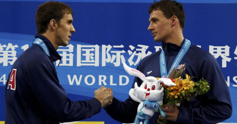 Michael Phelps cumprimenta Ryan Lochte depois de perder para o compatriota a final dos 200 m livre em Xangai