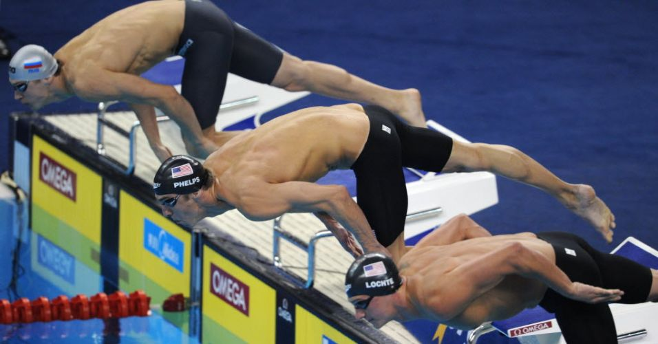Michael Phelps e Ryan Lochte mergulham lado a lado na piscina para a disputa dos 200 m livre