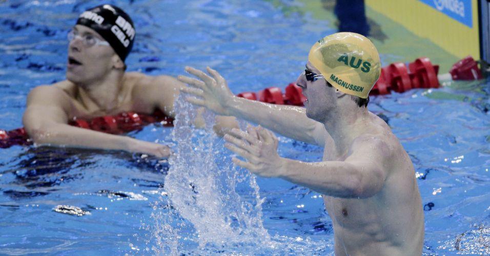 O autraliano James Magnussen comemora o ouro nos 100 m e Cielo olha o placar após ficar sem medalha