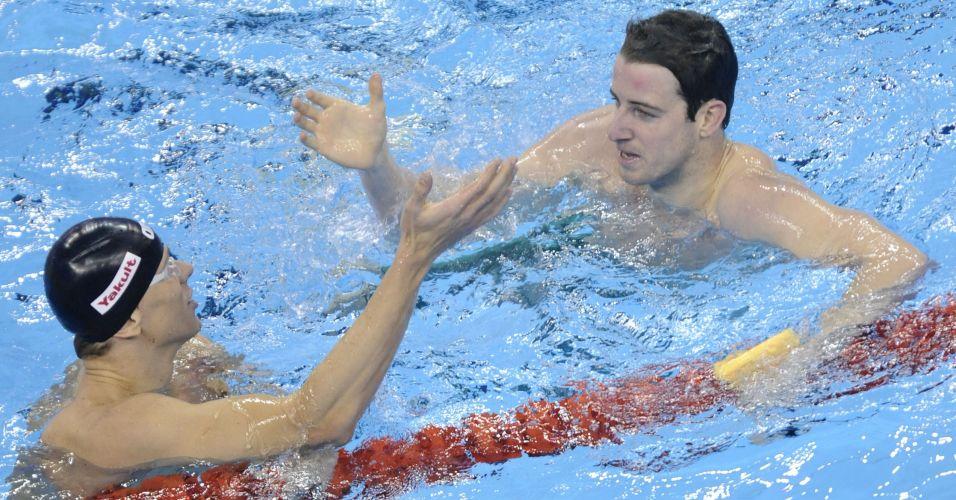 Cesar Cielo e o australiano James Magnussen se cumprimentam após a final dos 100 m livre