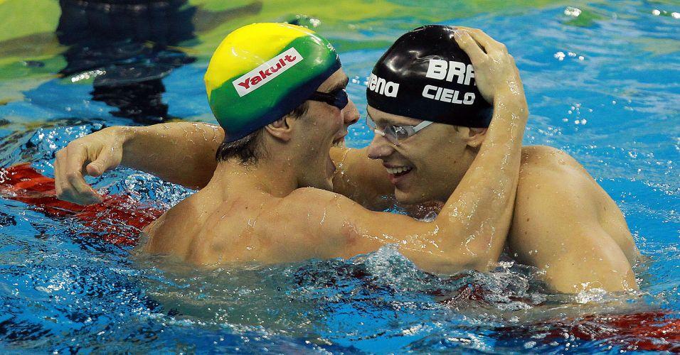 Bruno Fratus e Cesar Cielo sorriem após se classificarem para a decisão dos 50 m com os melhores tempos