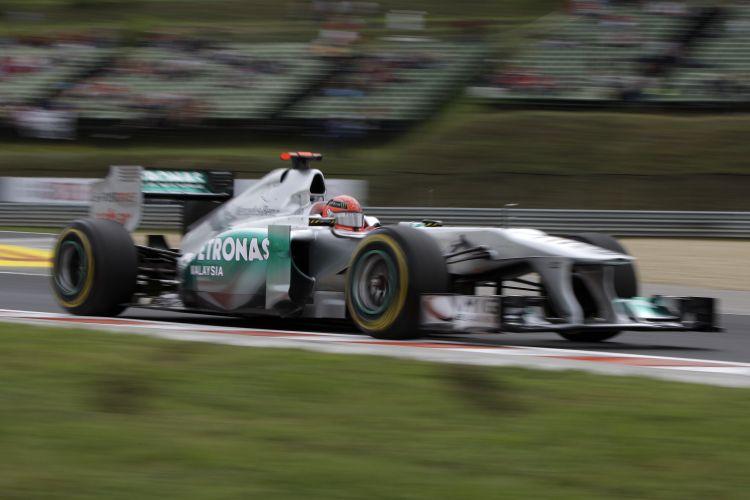 Michael Schumacher conduz sua Mercedes pelo circuito de Hungaroring durante os treinos livres para o GP da Hungria