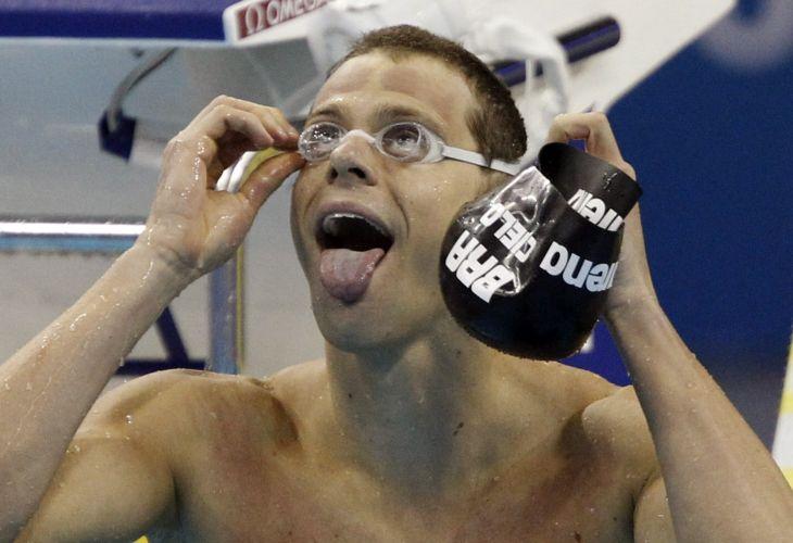Cesar Cielo comemora após conquistar a medalha de ouro nos 50m livres no Mundial de Esportes Aquáticos em Xangai (China). Brasileiro fez o tempo de 21s52