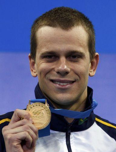 Cesar Cielo exibe a medalha de ouro após vencer a final dos 50m livres no Mundial de Esportes Aquáticos em Xangai (China)