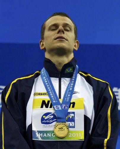 Com a medalha de ouro no peito, Cesar Cielo ouve o hino nacional. Brasileiro venceu a final dos 50m livres no Mundial de Esportes Aquáticos em Xangai (China) com o tempo de 21s52