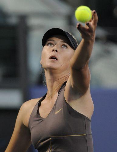Maria Sharapova se prepara para sacar. Tenista russa não resistiu e foi eliminada do Torneio de Stanford por Serena Williams